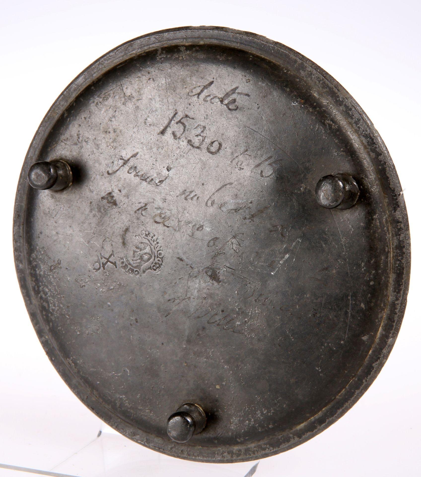 ~ A 17TH CENTURY PEWTER WAITER, bears London touchmark of Donne, engraved 'Willian', bears - Bild 2 aus 2