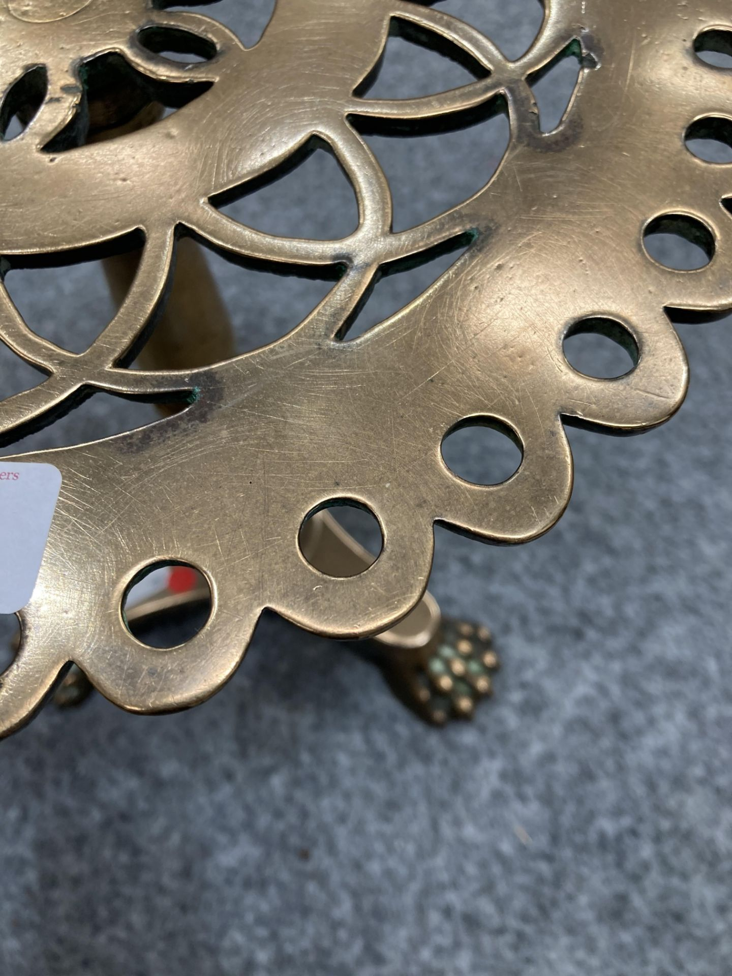 A GOOD VICTORIAN HEAVY BRASS TRIVET, in the form of a tripod table, with pierced top and triform - Bild 2 aus 8