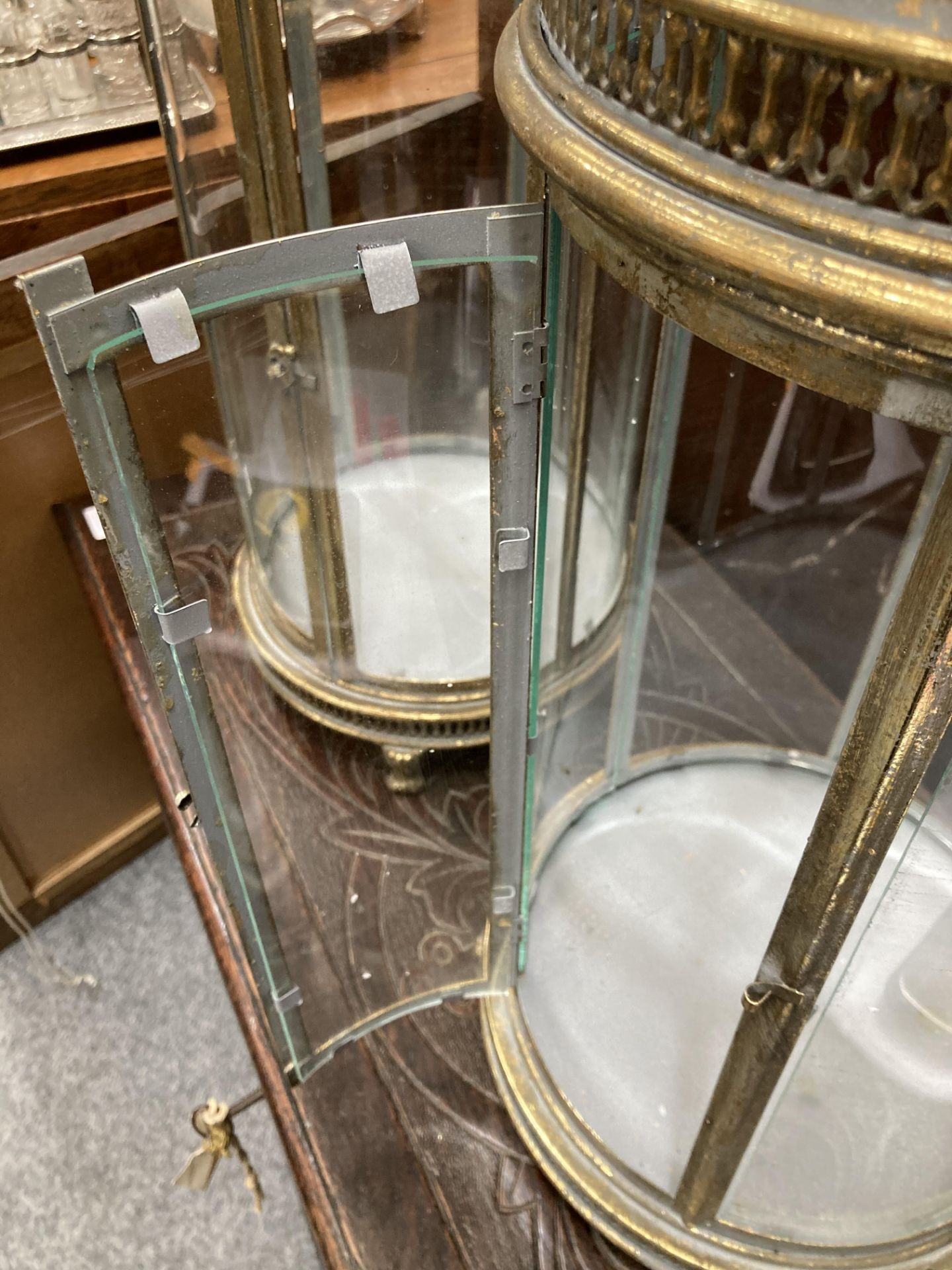 A PAIR OF PERIOD STYLE GILT METAL HANGING LANTERNS, each with domed top and hinged door. 78cm high - Bild 5 aus 6