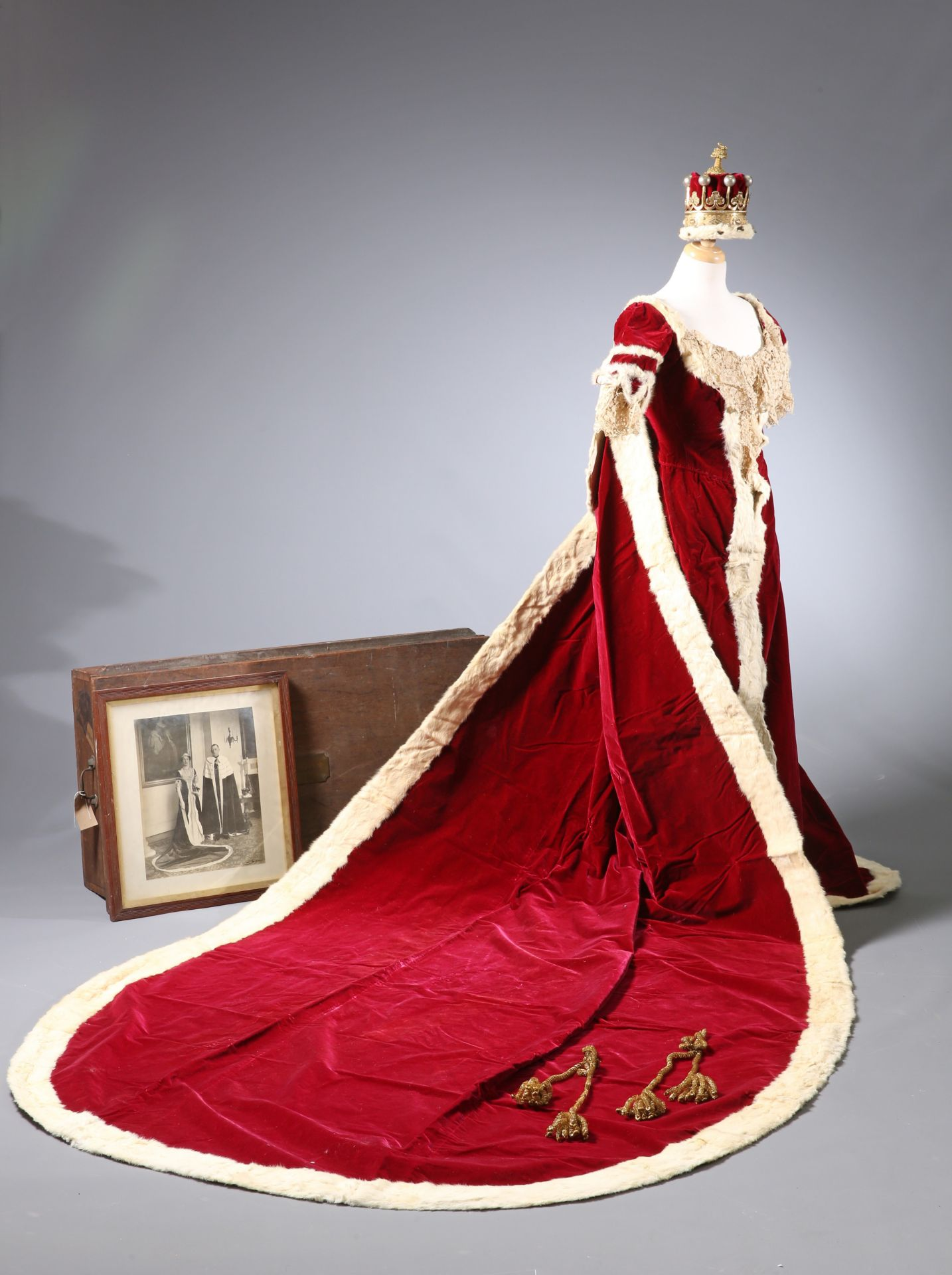~ THE CORONATION ROBES OF THE COUNTESS OF GUILFORD by Ede, Son & Ravenscroft, crimson velvet trimmed - Bild 4 aus 5