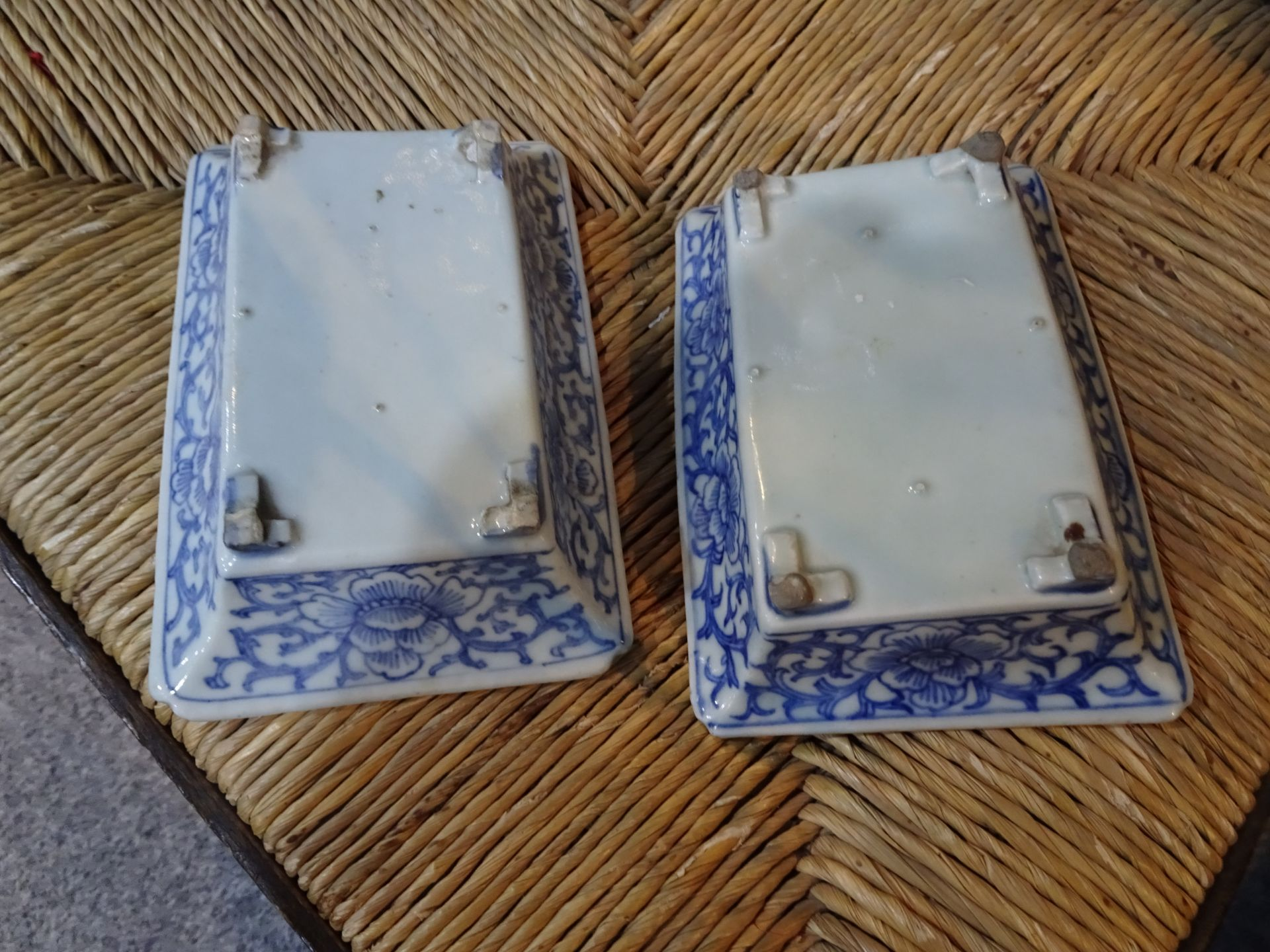 A NEAR PAIR OF CHINESE BLUE AND WHITE PLANTERS, rectangular with bracket feet, the exteriors painted - Bild 2 aus 3