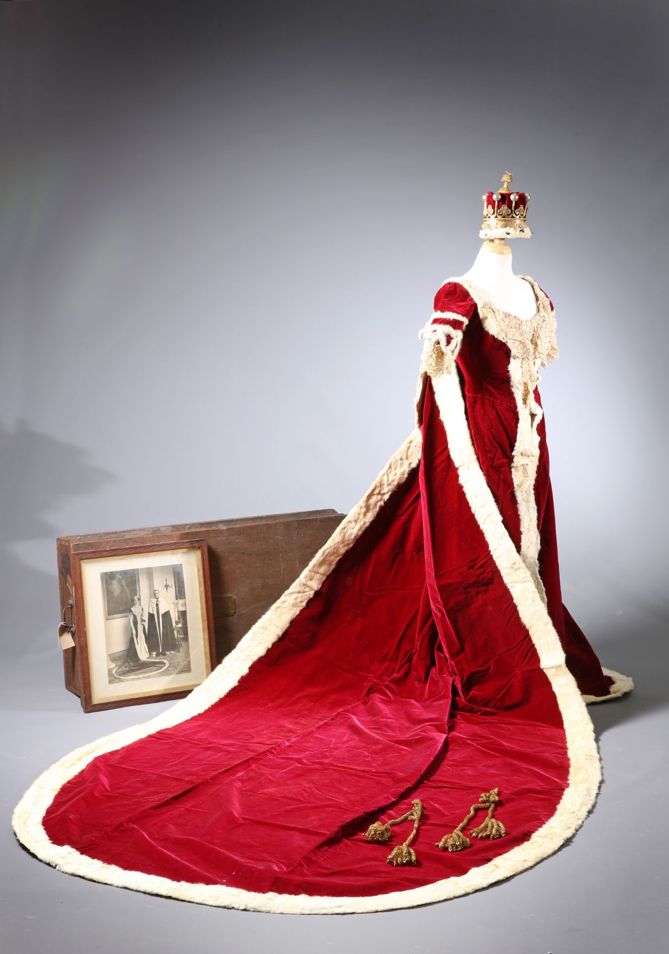 ~ THE CORONATION ROBES OF THE COUNTESS OF GUILFORD by Ede, Son & Ravenscroft, crimson velvet trimmed - Bild 3 aus 5
