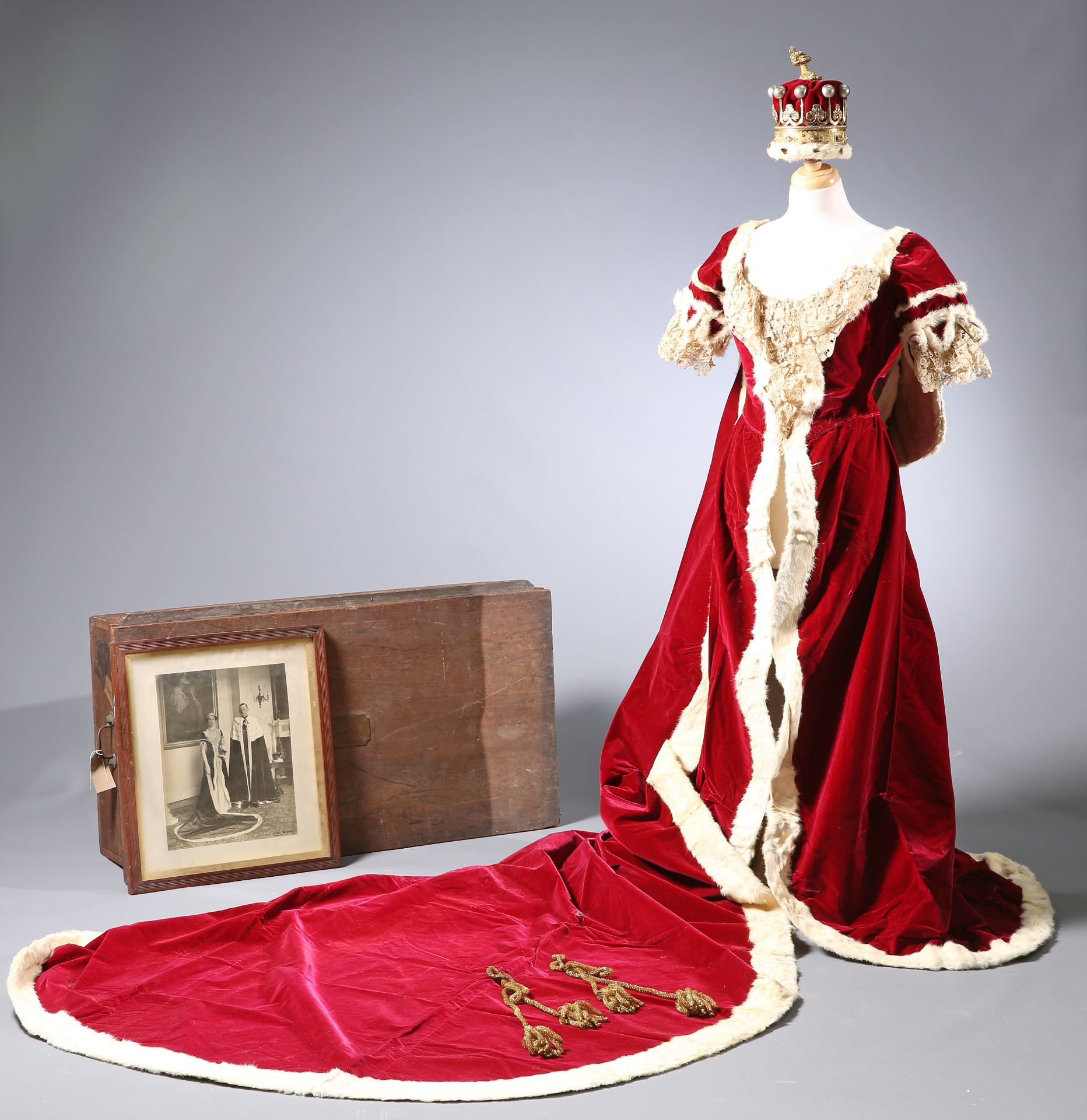 ~ THE CORONATION ROBES OF THE COUNTESS OF GUILFORD by Ede, Son & Ravenscroft, crimson velvet trimmed - Bild 2 aus 5