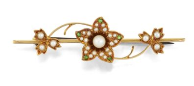 AN EDWARDIAN 15 CARAT PEARL AND DEMANTOID GARNET BAR BROOCH,