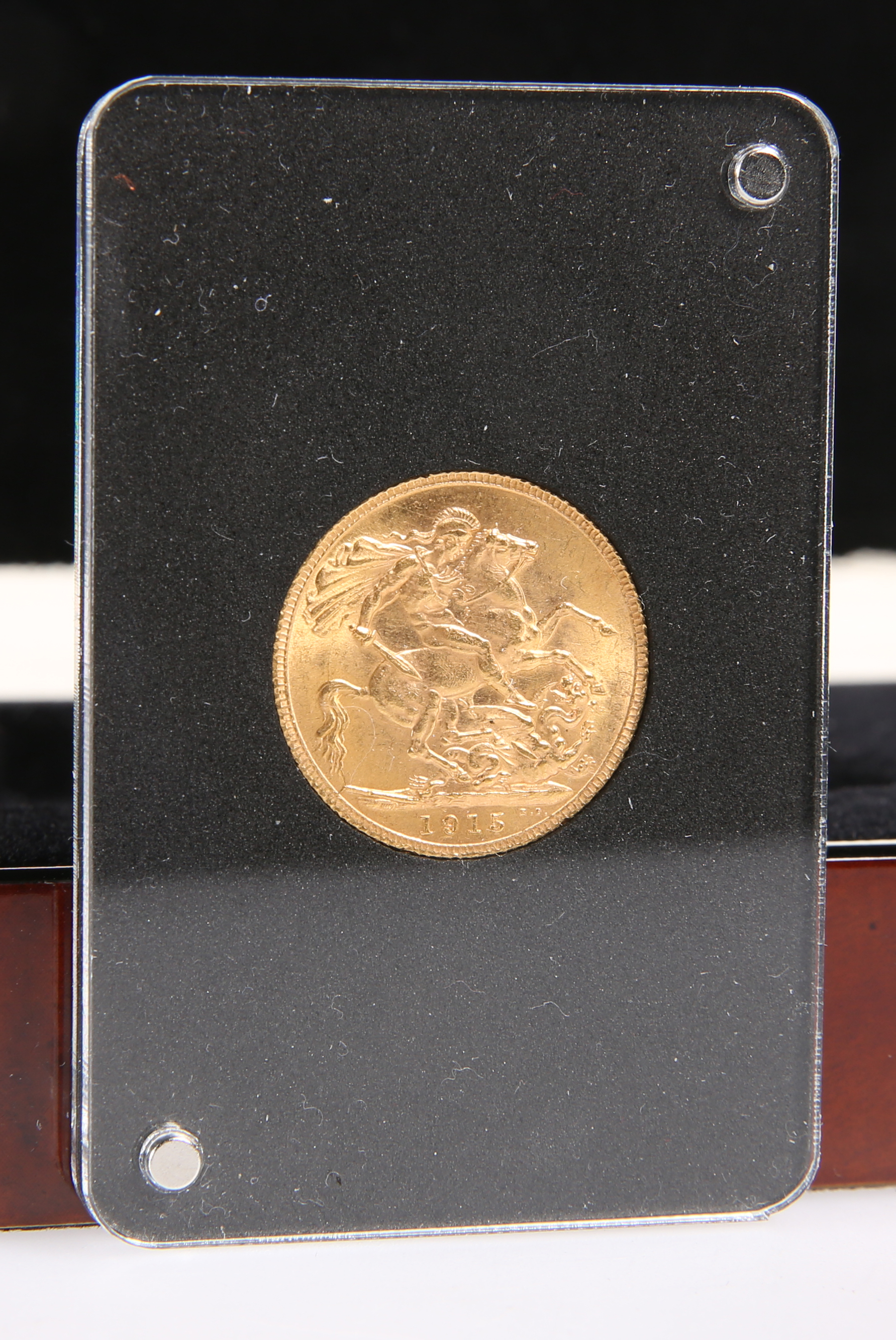 A GEORGE V 1915 FULL SOVEREIGN, cased and boxed.