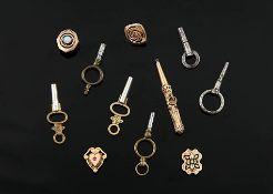 Konvolut7 Taschenuhrschlüssel, 4 Uhrkettenschieber. o. L.