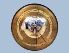 Barometer/ThermometerRunde Messingscheibe mit Skalen, gewölbte Kunststoffglashaube. D 16,2 cm.