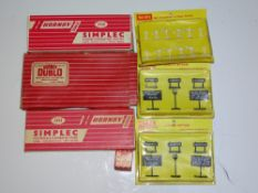 OO Gauge Model Railways: A group of HORNBY DUBLO accessories to include 2 x 5025 Gradient and Mile