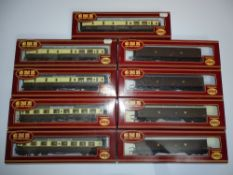 OO Gauge Model Railways: A group of AIRFIX GWR Siphons and Centenary coaches as lotted - G/VG in G