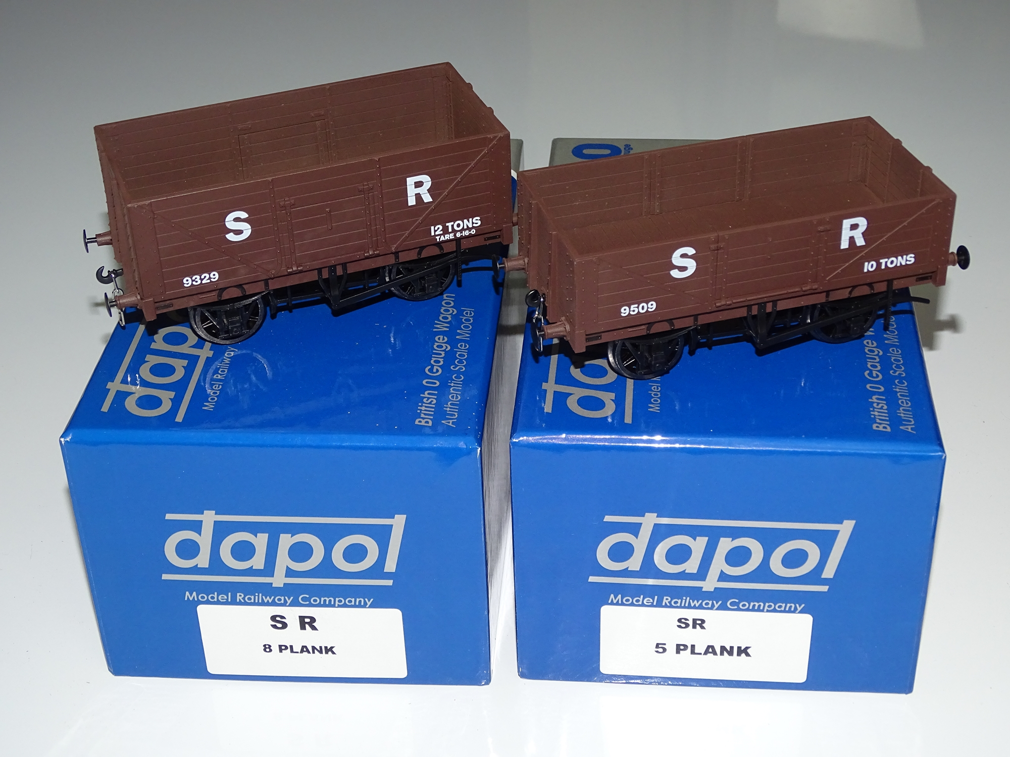 Lot 55 - O Gauge Model Railways: A pair of modern DAPOL open wagons to include a 5-plank and an 8-plank
