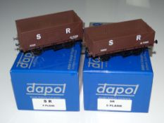 O Gauge Model Railways: A pair of modern DAPOL open wagons to include a 5-plank and an 8-plank
