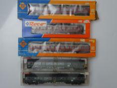 HO GAUGE MODEL RAILWAYS: A group of ROCO and FLEISCHMANN European Outline coaches including German