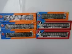 HO GAUGE MODEL RAILWAYS: A group of ROCO and LIMA German Outline coaches 4 in DB green and 2 in