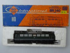 HO GAUGE MODEL RAILWAYS: A ROCO 4136 German Outline BR140 Electric locomotive in DB green livery -