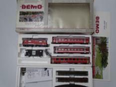 HOm GAUGE MODEL RAILWAYS: A BEMO HOm 7258 140 Glacier Express starter train set - comprising loco,
