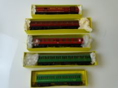 OO GAUGE MODEL RAILWAYS: A group of HORNBY DUBLO coaches as lotted - F/G in F part-set boxes (5)