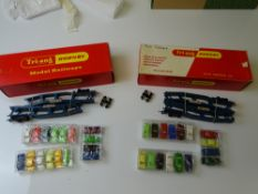 OO GAUGE MODEL RAILWAYS: A pair of TRI-ANG HORNBY R666 Cartic Motorail transporter wagons - complete