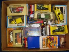 GENERAL DIECAST: A large crate of mixed modern die