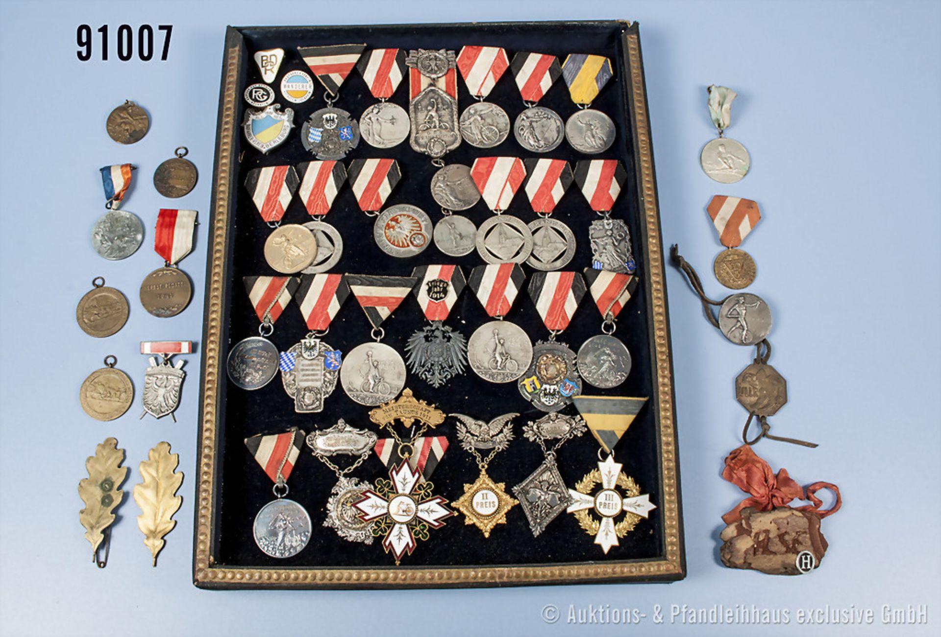 Konv. ca. 48 Sportauszeichnungen und Mitgliedsabzeichen aus der Zeit von 1900 bis 1940er Jahre,
