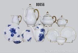 Konv. 43 Teile Hutschenreuther Porzellan, dabei 20 x Dekor mit blauen Blumen, dabei 1 Kaffeekanne, 6