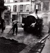Louis Stettner (1922-2016) - Rue des Martyrs, Goudronage, 1951 - Gelatin silver [...]