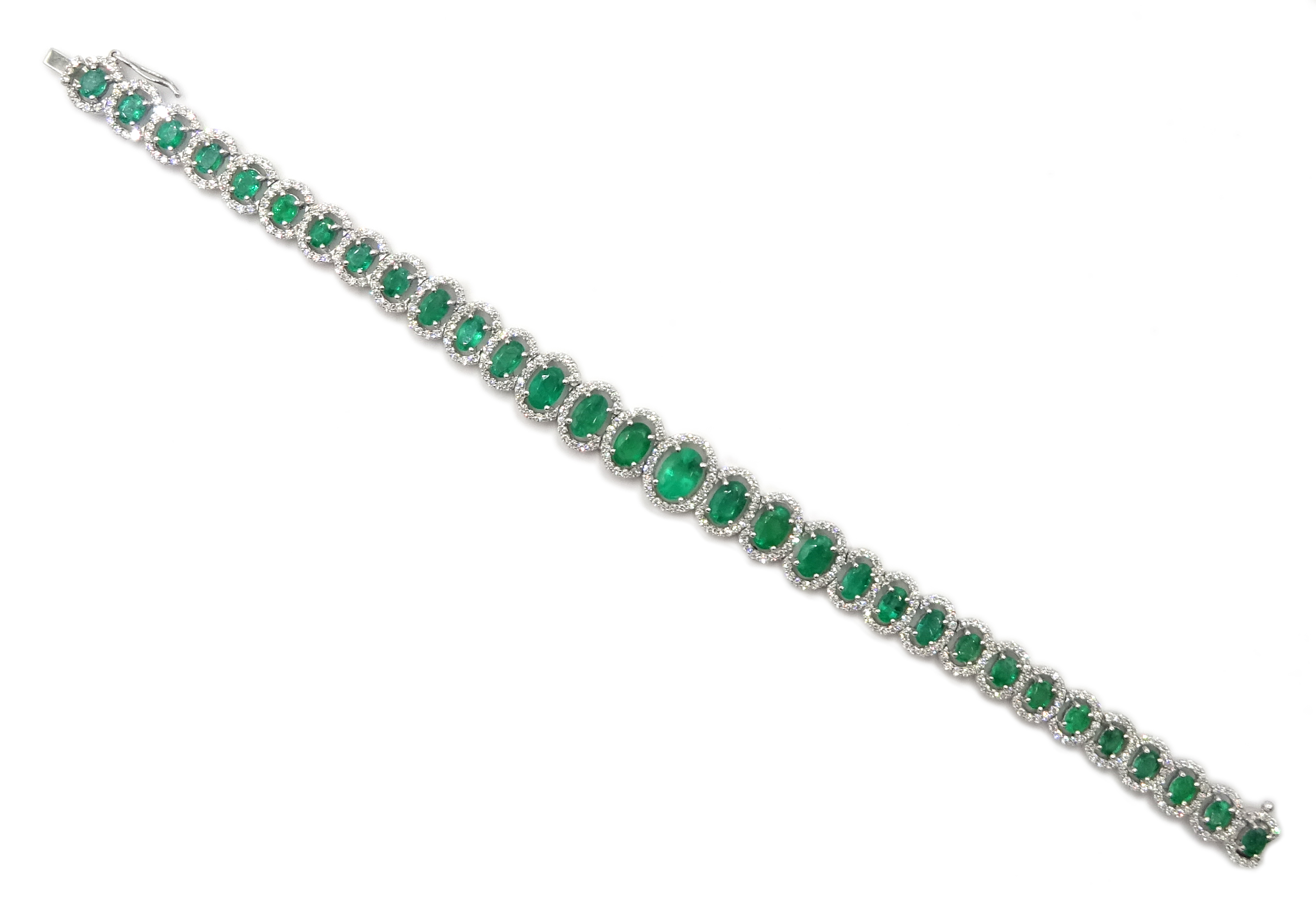 18ct gold graduating oval emerald bracelet, each emerald surrounded by brilliant cut diamonds, total - Image 3 of 5