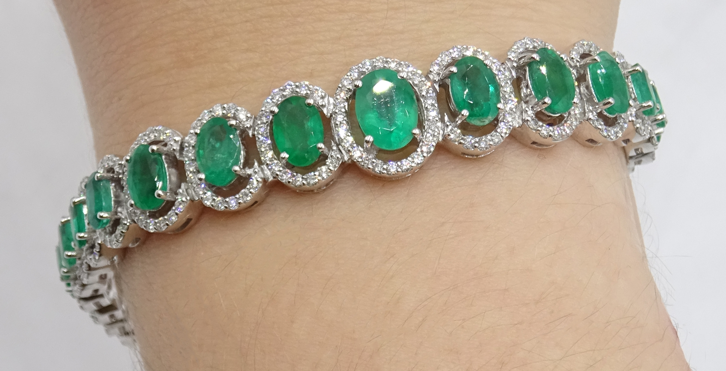 18ct gold graduating oval emerald bracelet, each emerald surrounded by brilliant cut diamonds, total - Image 2 of 5