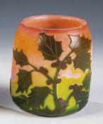 Vase mit StechpalmeLegras & Cie., Verreries de Saint-Denis, um 1900 - 1914 Farbloses Glas mit