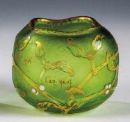 Kleine Vase mit MistelzweigDaum Frères, Nancy, um 1898/1900 Grünes Glas. Reliefiert geätzter
