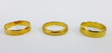 Three 18ct gold wedding bands (3)