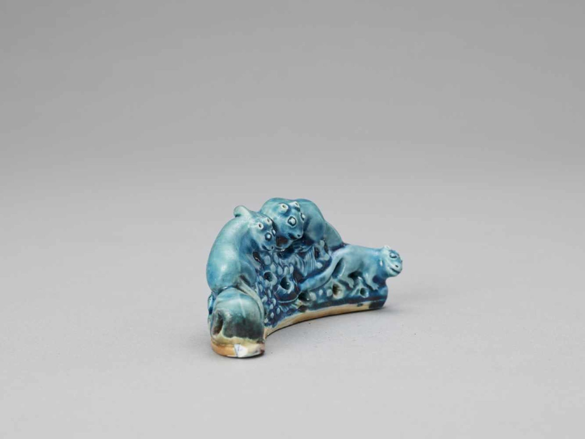 Los 430 - A 'SQUIRRELS AND GRAPES' PORCELAIN BRUSH REST, KANGXI <br