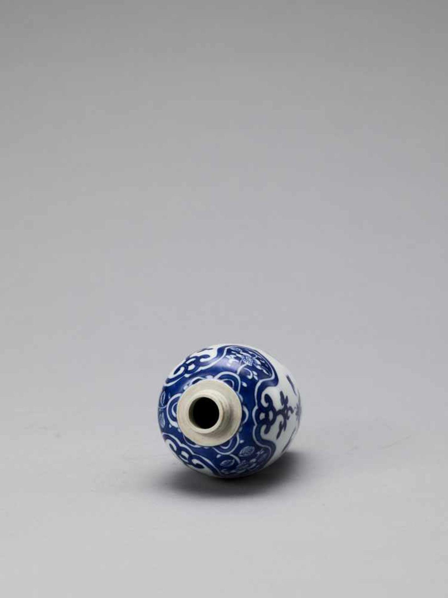Los 420 - A BLUE AND WHITE PORCELAIN BALUSTER VASE, KANGXI