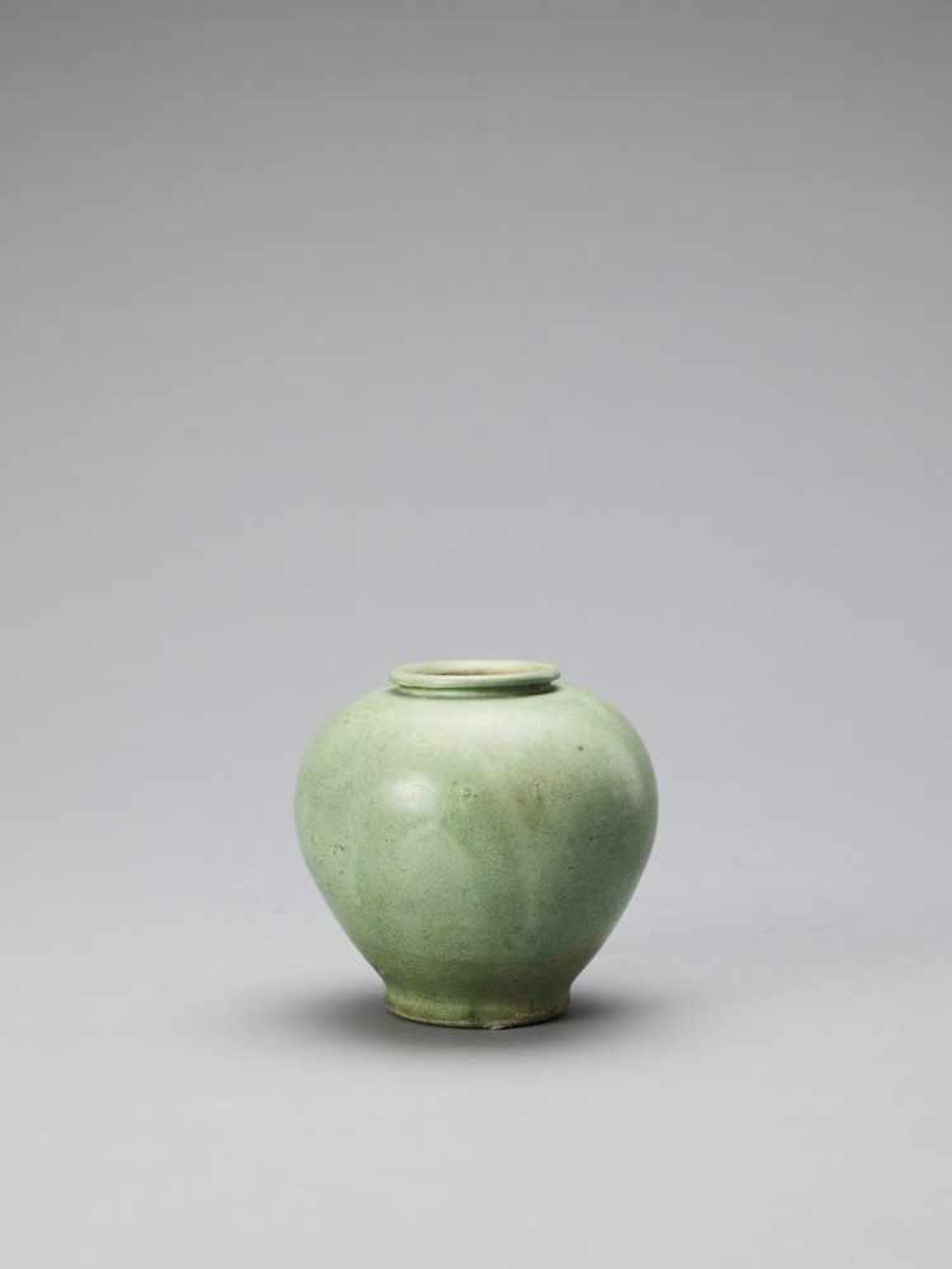 Los 400 - A LIME GREEN-GLAZED POTTERY JAR, TANG
