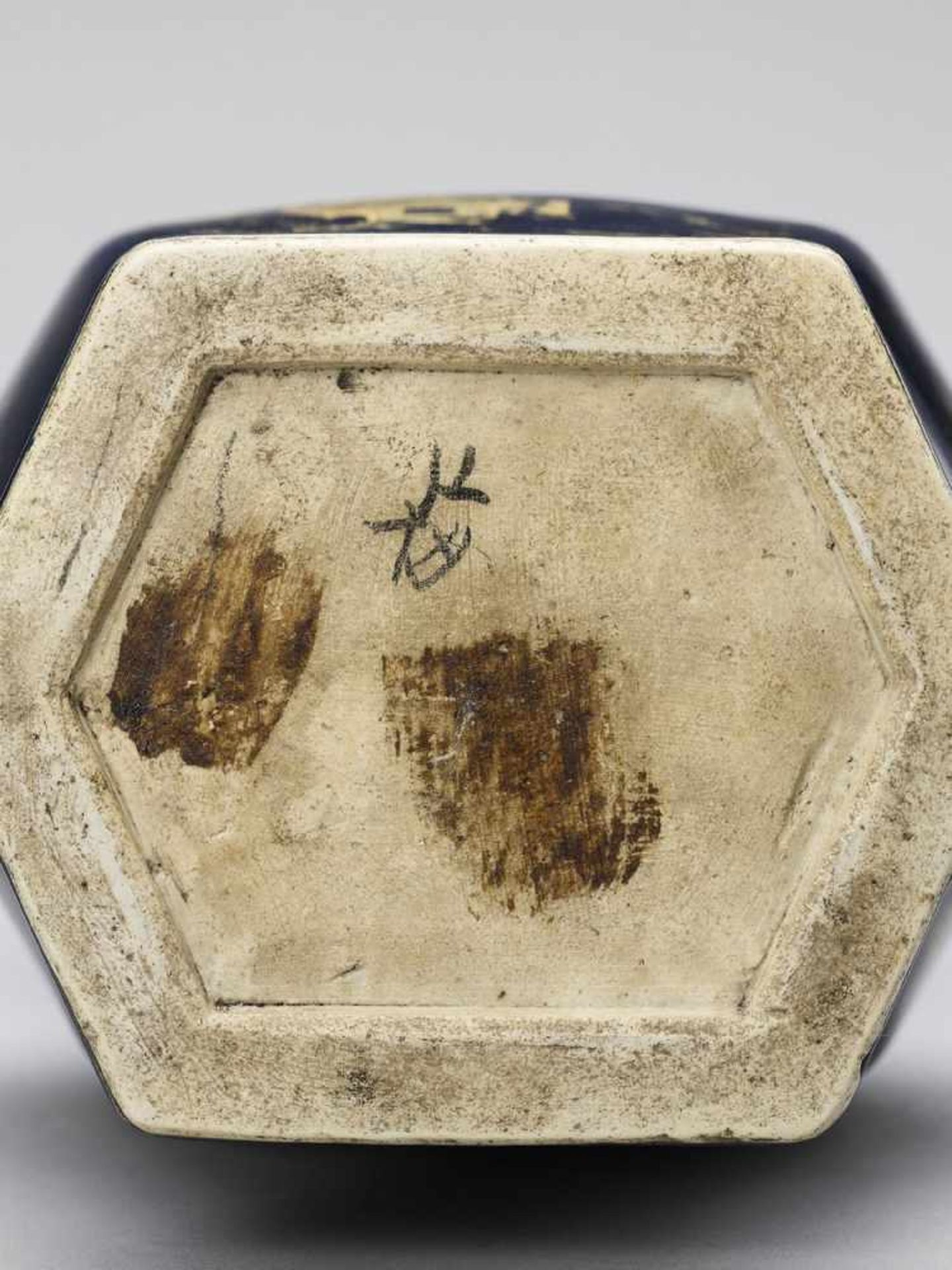 Los 418 - A GILT-DECORATED POWDER-BLUE GLAZED BALUSTER VASE, KANGXI
