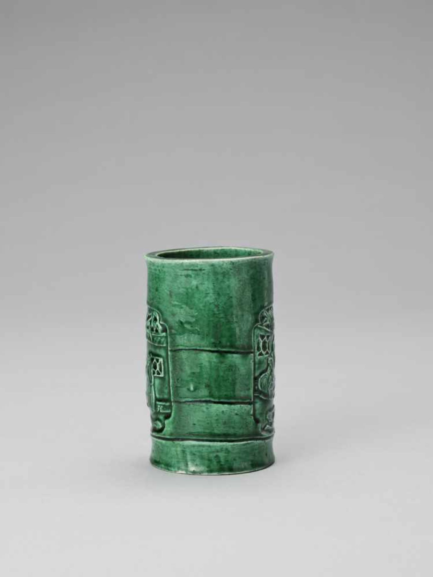 Los 427 - AN EMERALD GREEN GLAZED POTTERY 'WEIQI PLAYERS' BITONG, KANGXI <br