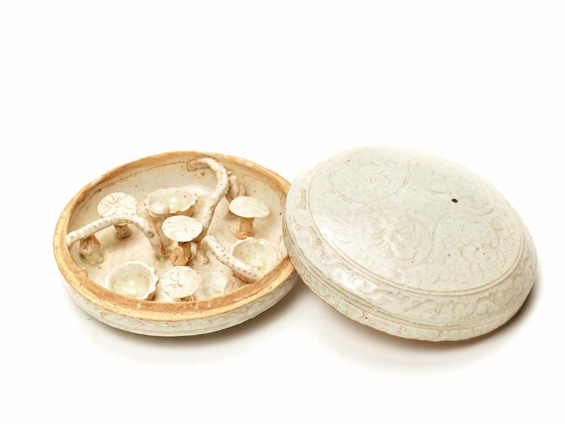 Los 410 - A QINGBAI MOLDED CERAMIC BOX AND COVER, SONG TO MING DYNASTY