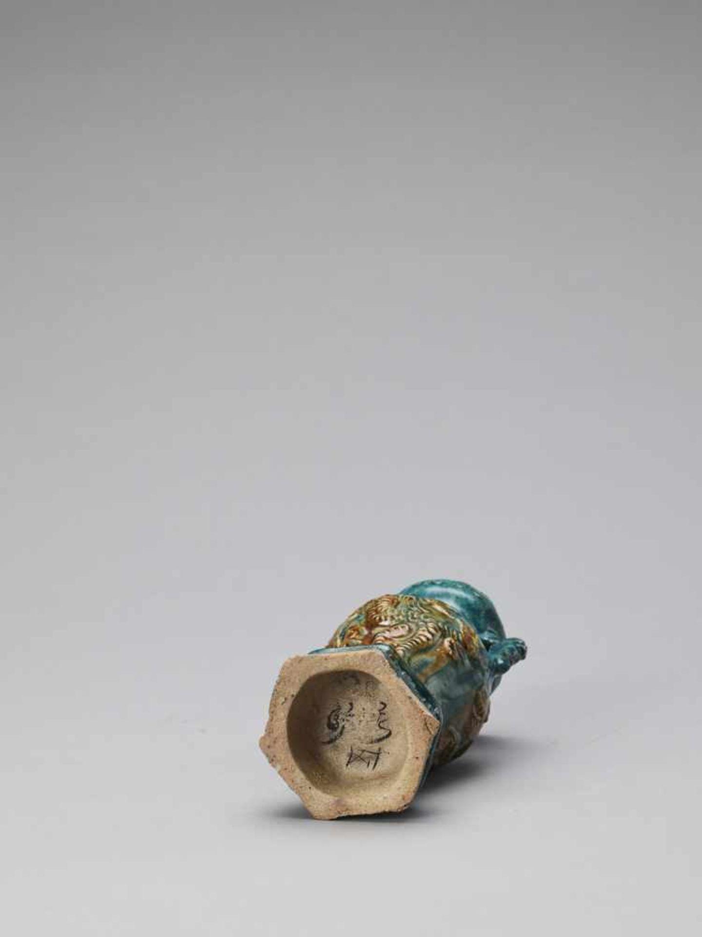 Los 401 - A SANCAI GLAZED POTTERY AMPHORA VASE WITH A MYTHICAL BEAST, 17th CENTURY