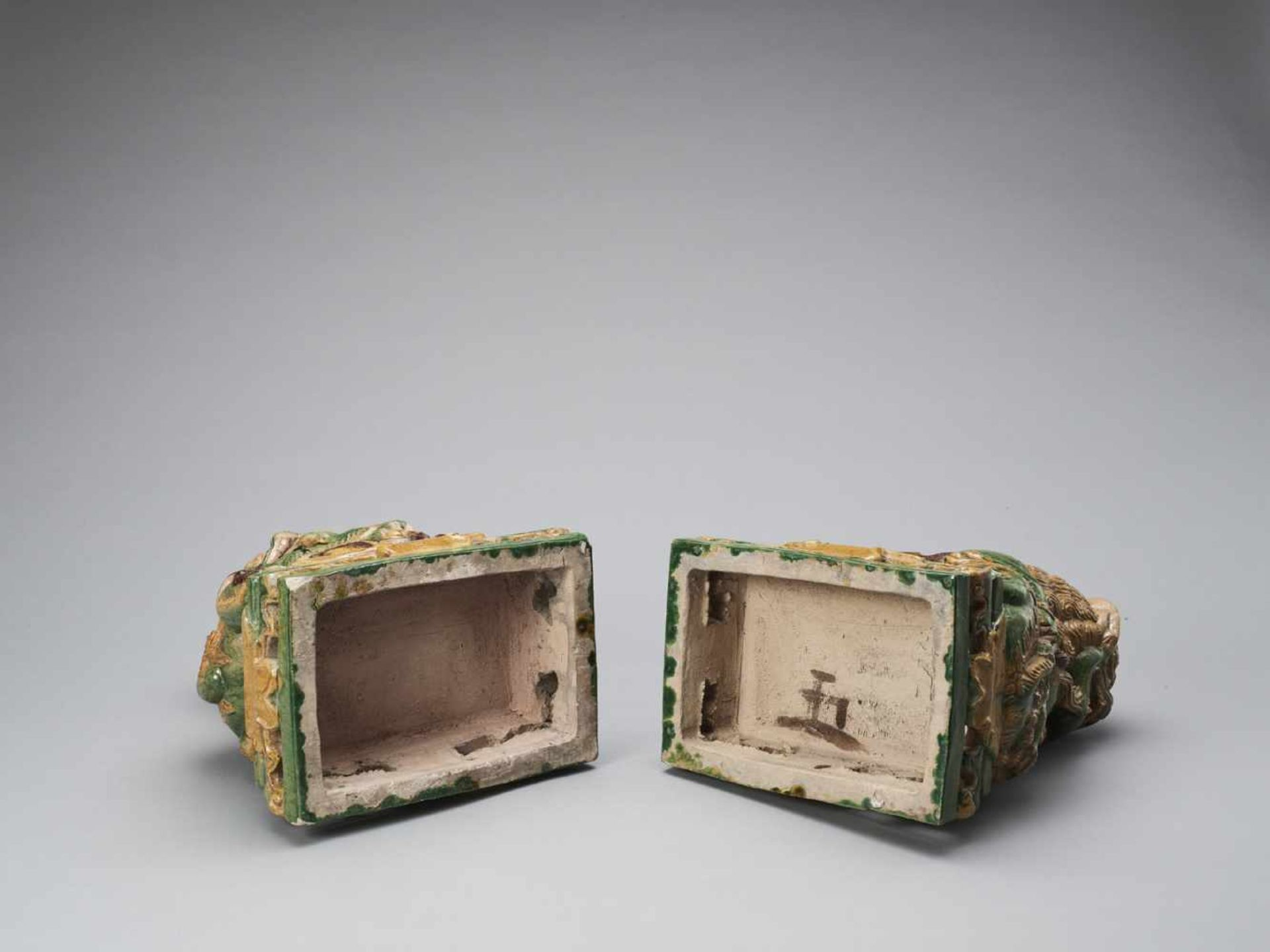 Los 402 - A PAIR OF RETICULATED SANCAI GLAZED POTTERY BUDDHIST LIONS, LATE MING TO EARLIER QING