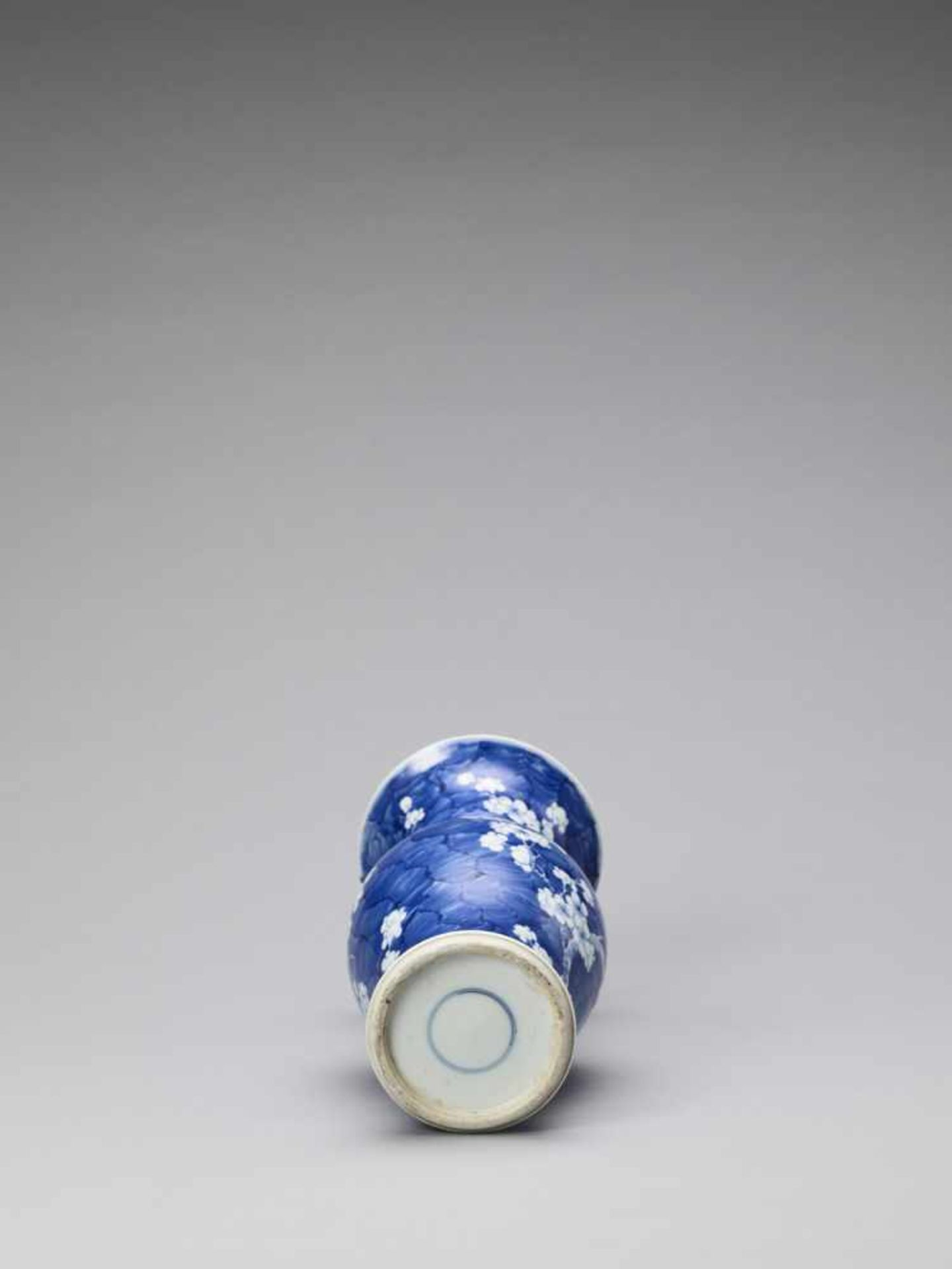 Los 440 - A BLUE AND WHITE 'ICE-CRACK' GLAZED YEN-YEN VASE, QING <br