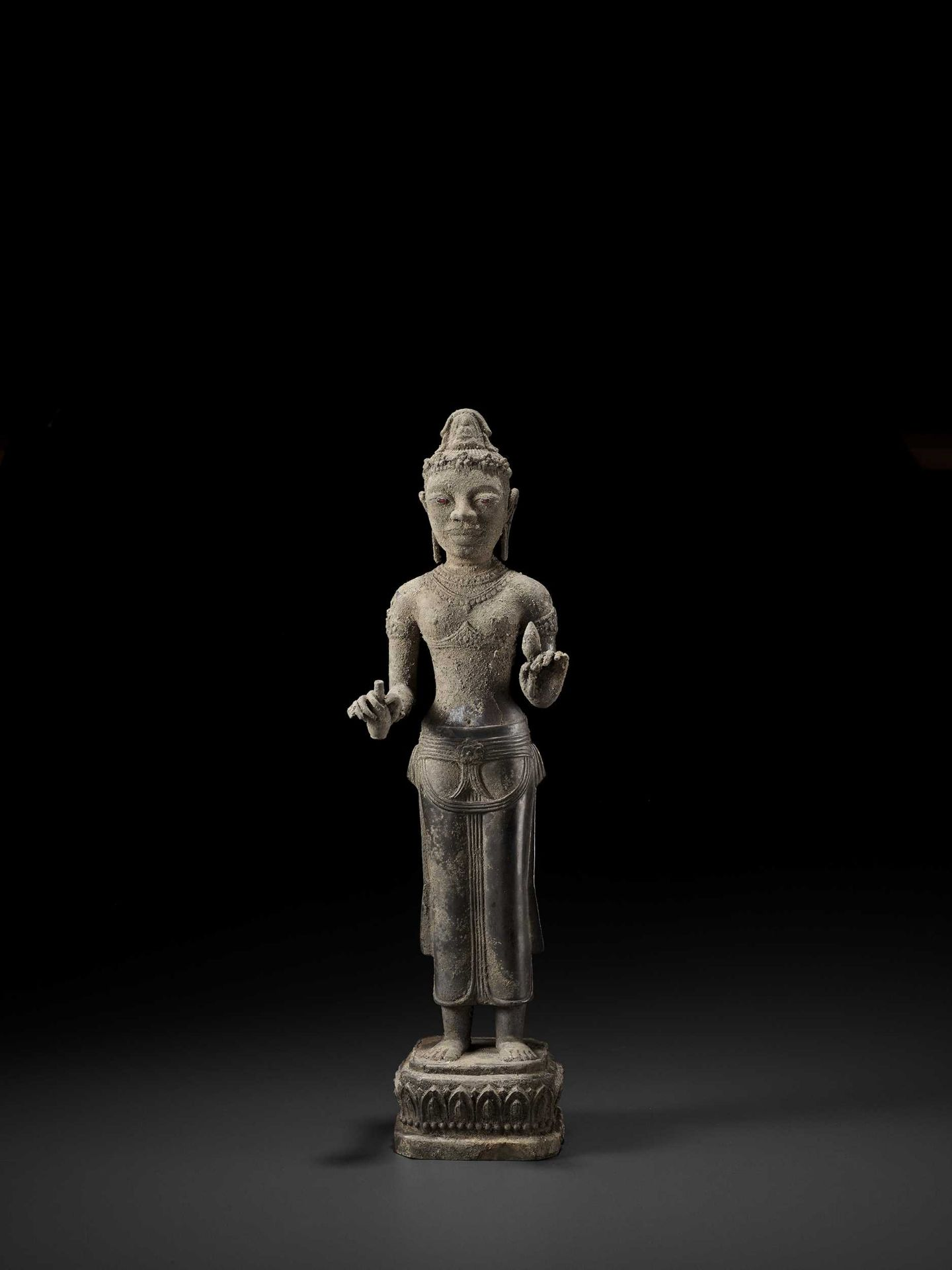 A RARE AND IMPORTANT SILVER ALLOY FIGURE OF AVALOKITESVARA - Bild 8 aus 11