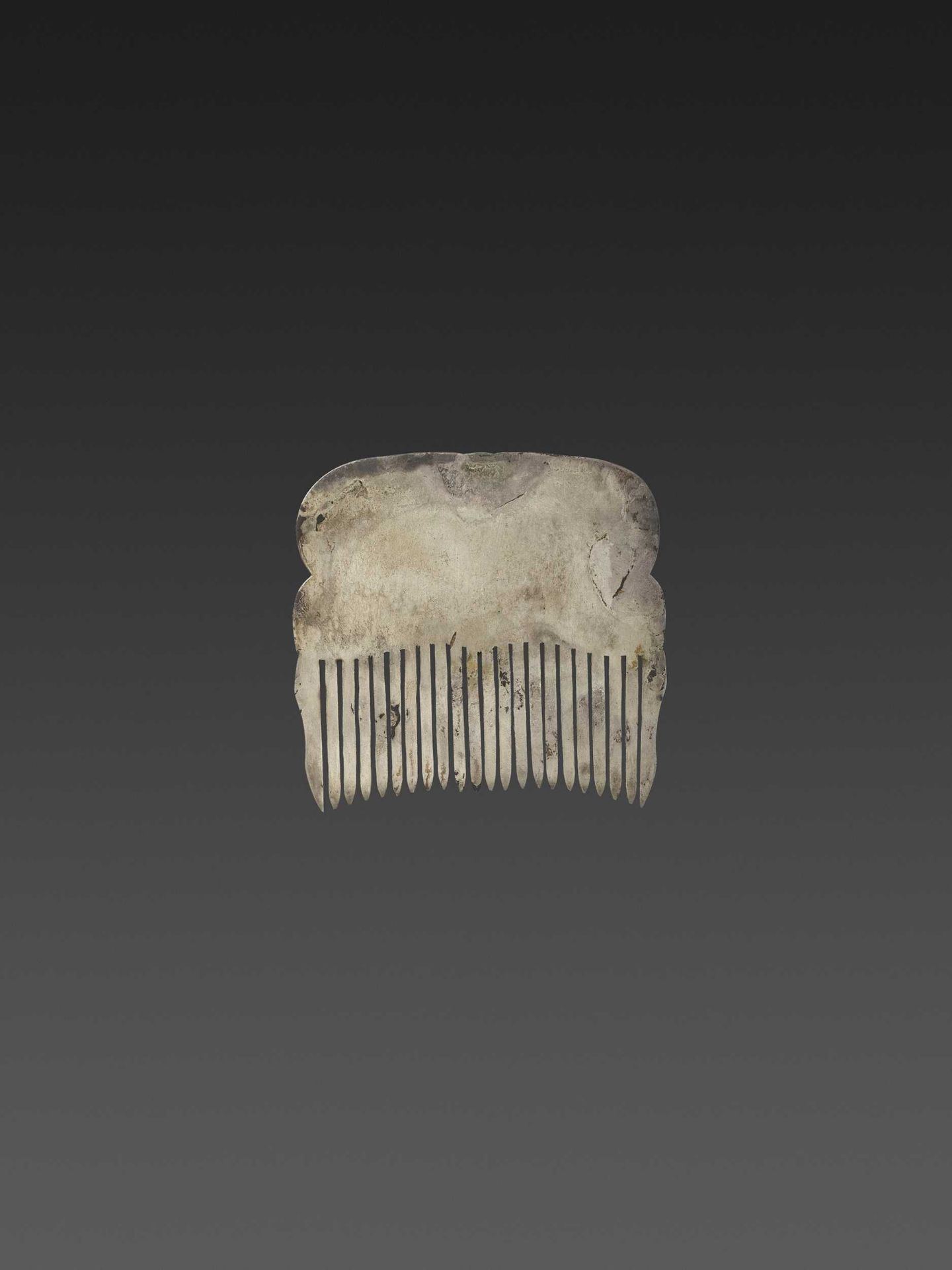 A CHAM GEMSTONE-SET GOLD REPOUSSÉ AND SILVER HAIR COMB WITH DANCING MALE DEITIES - Bild 3 aus 4