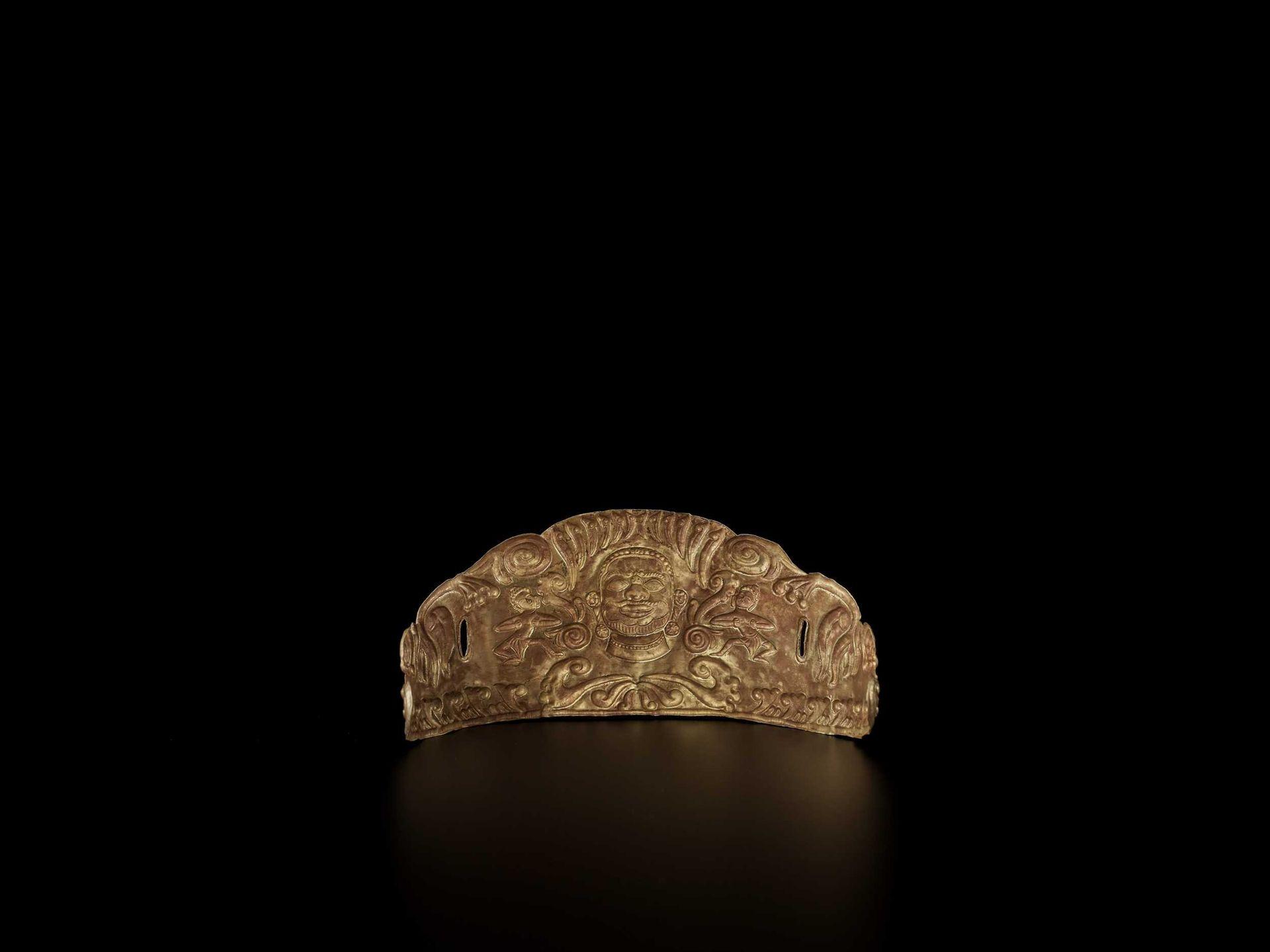 A CHAM GOLD REPOUSSÉ CROWN WIT SHIVA AND DANCING APSARAS - Bild 5 aus 5