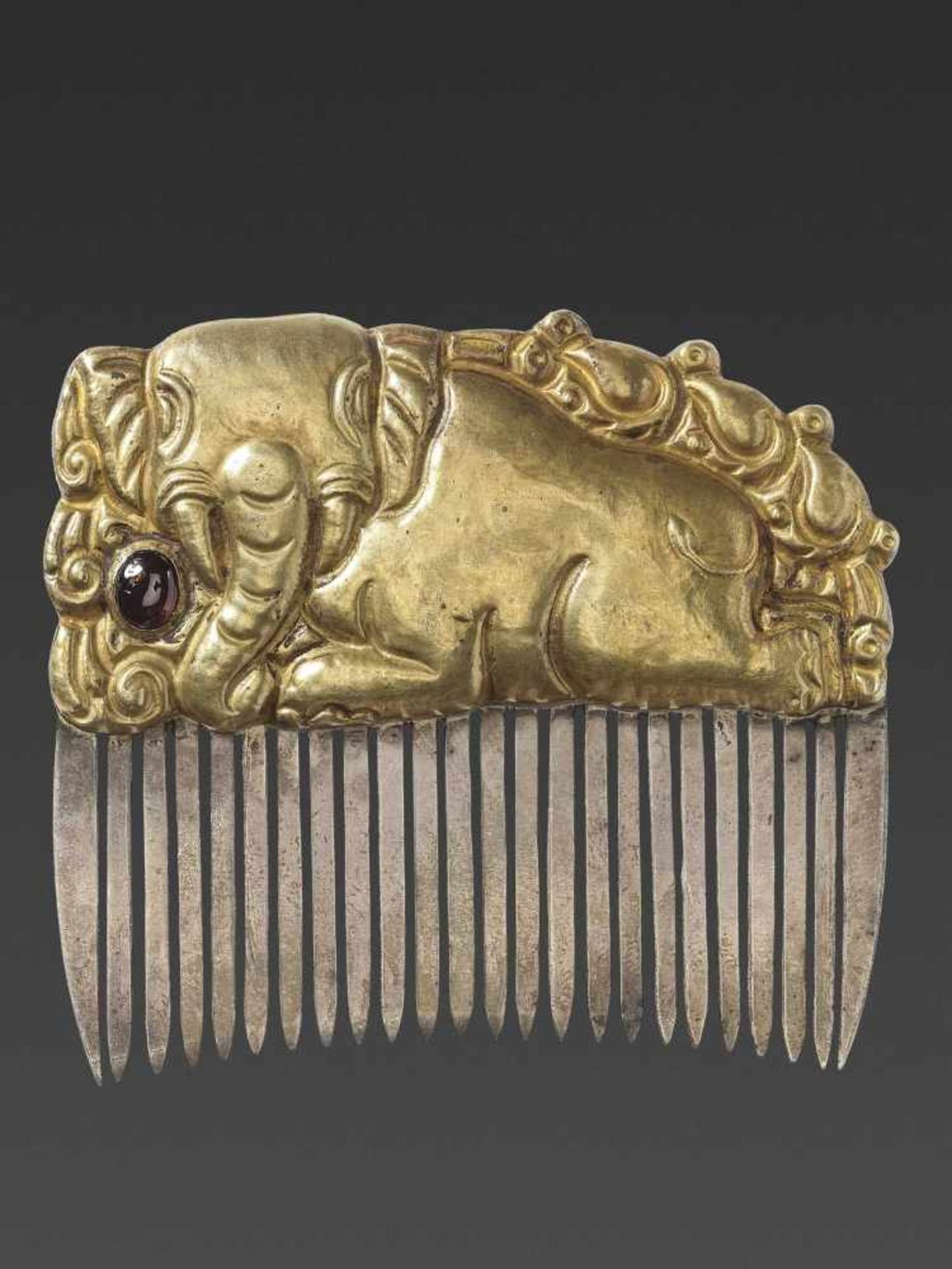A CHAM GEMSTONE-SET GOLD REPOUSSÉ AND SILVER HAIR COMB WITH A RECUMBENT ELEPHANT - Bild 3 aus 5