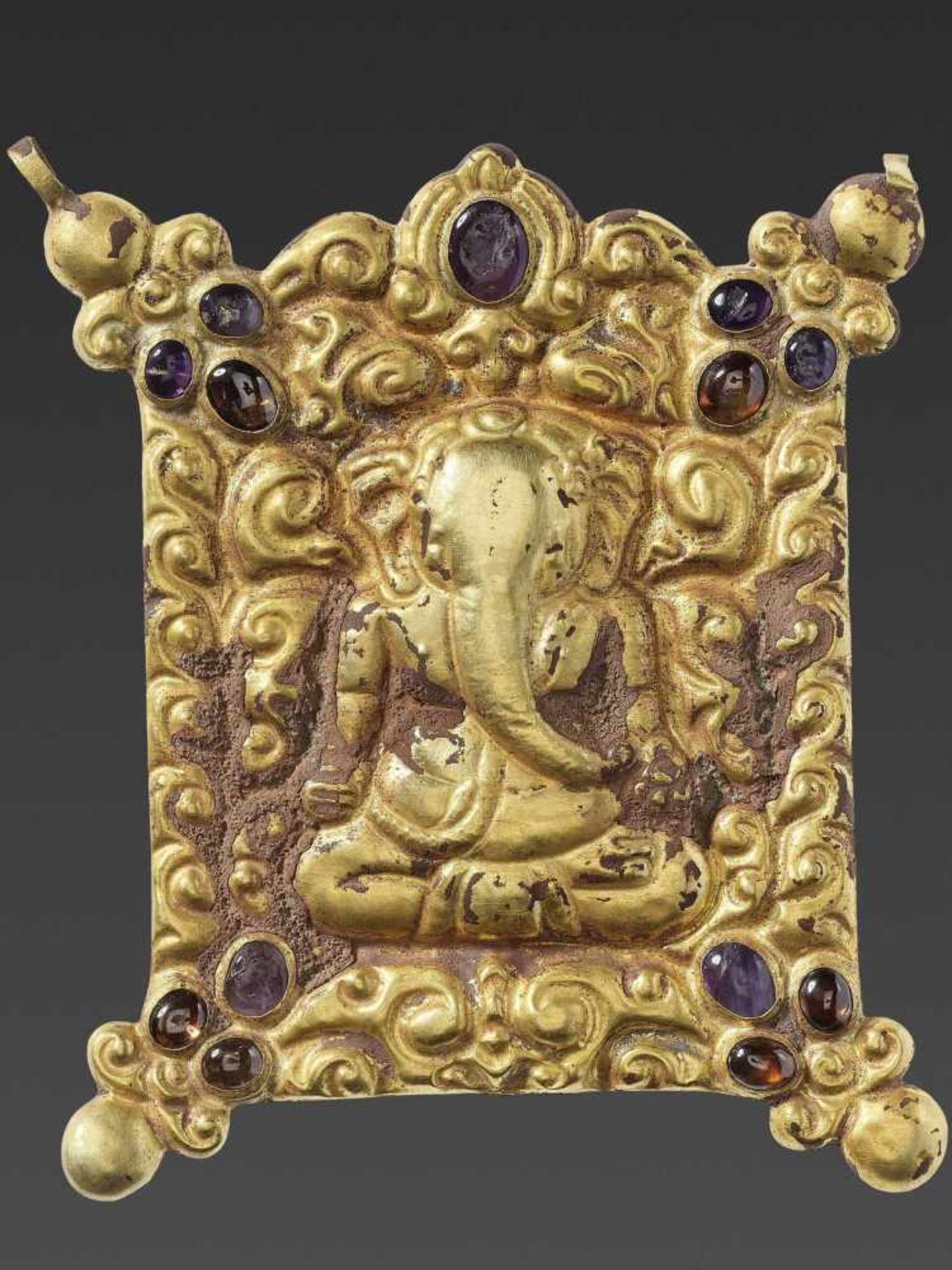 A CHAM GEMSTONE-SET GOLD REPOUSSÉ PECTORAL DEPICTING GANESHA MEDITATING - Bild 2 aus 4
