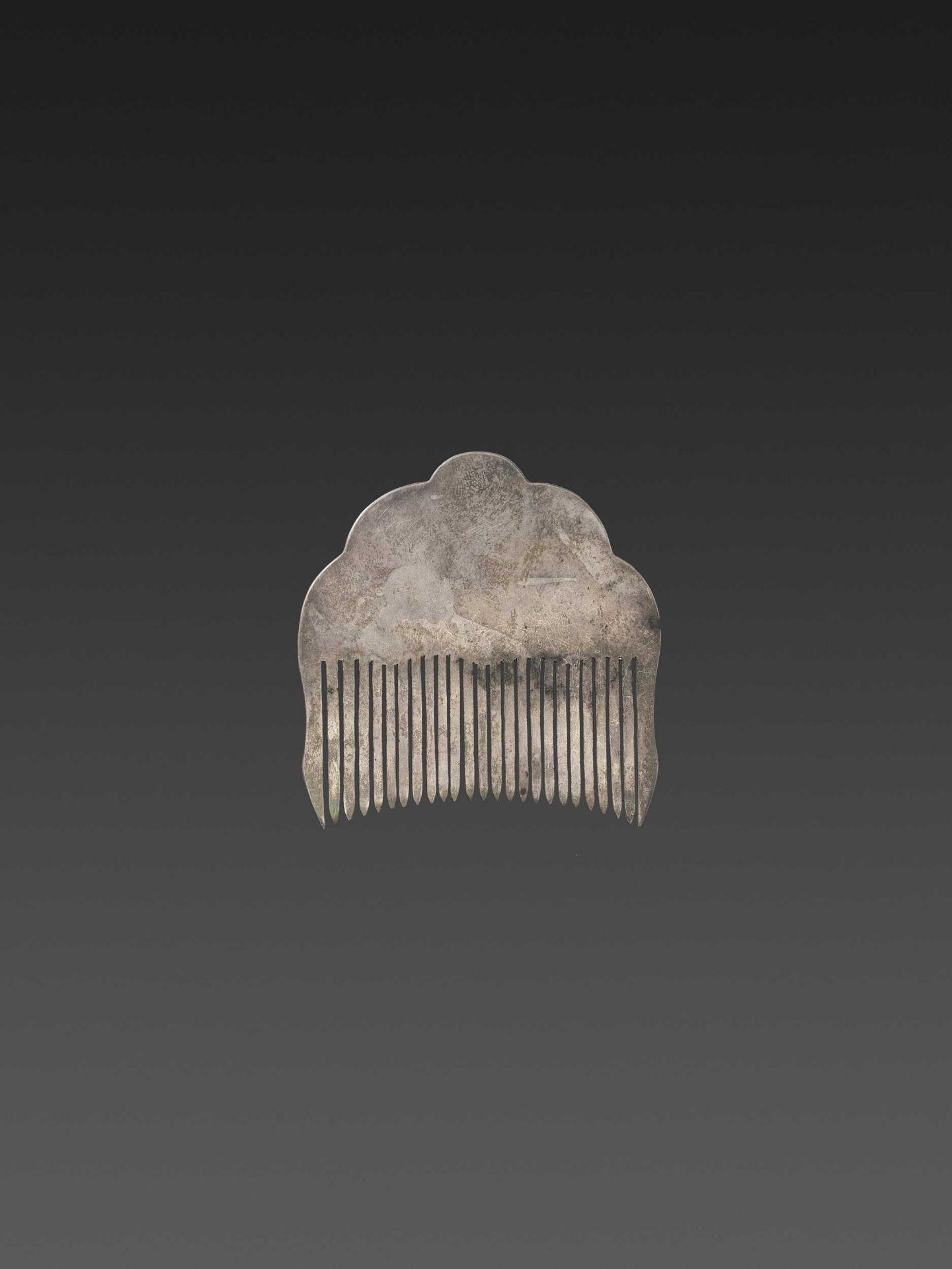 A CHAM GEMSTONE-SET GOLD REPOUSSÉ AND SILVER HAIR COMB WITH ROYAL ELEPHANTS - Bild 3 aus 4