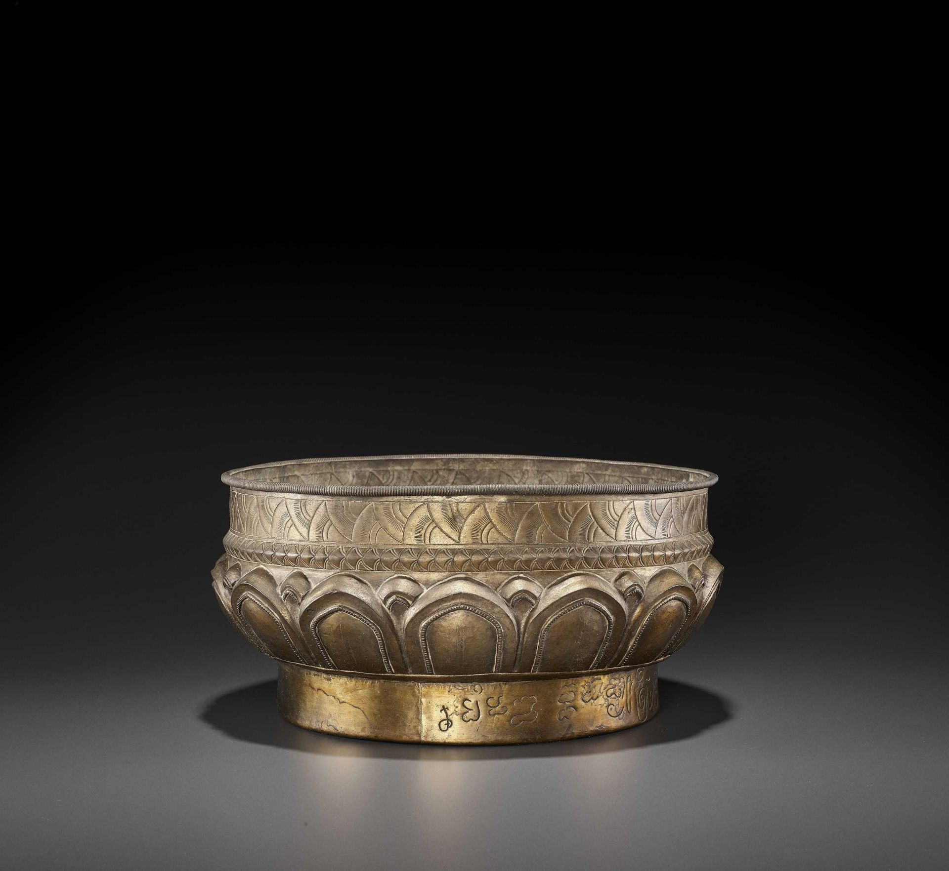 A LARGE AND FINE CHAM GILT SILVER REPOUSSÉ 'LOTUS' VESSEL - Bild 3 aus 7
