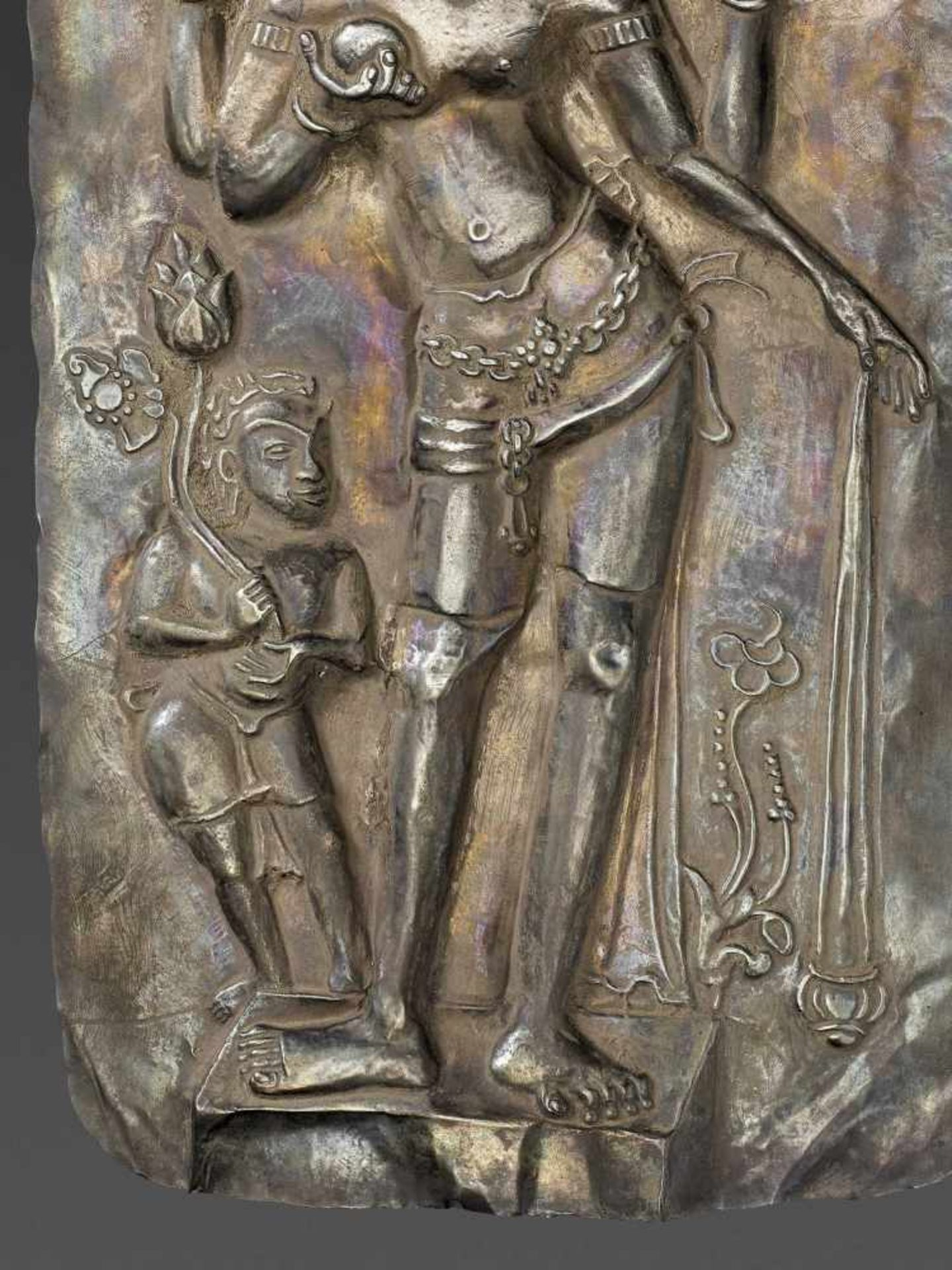 A LARGE CHAM SILVER REPOUSSÉ PLAQUE DEPICTING VISHNU AND CHILD - Bild 4 aus 5