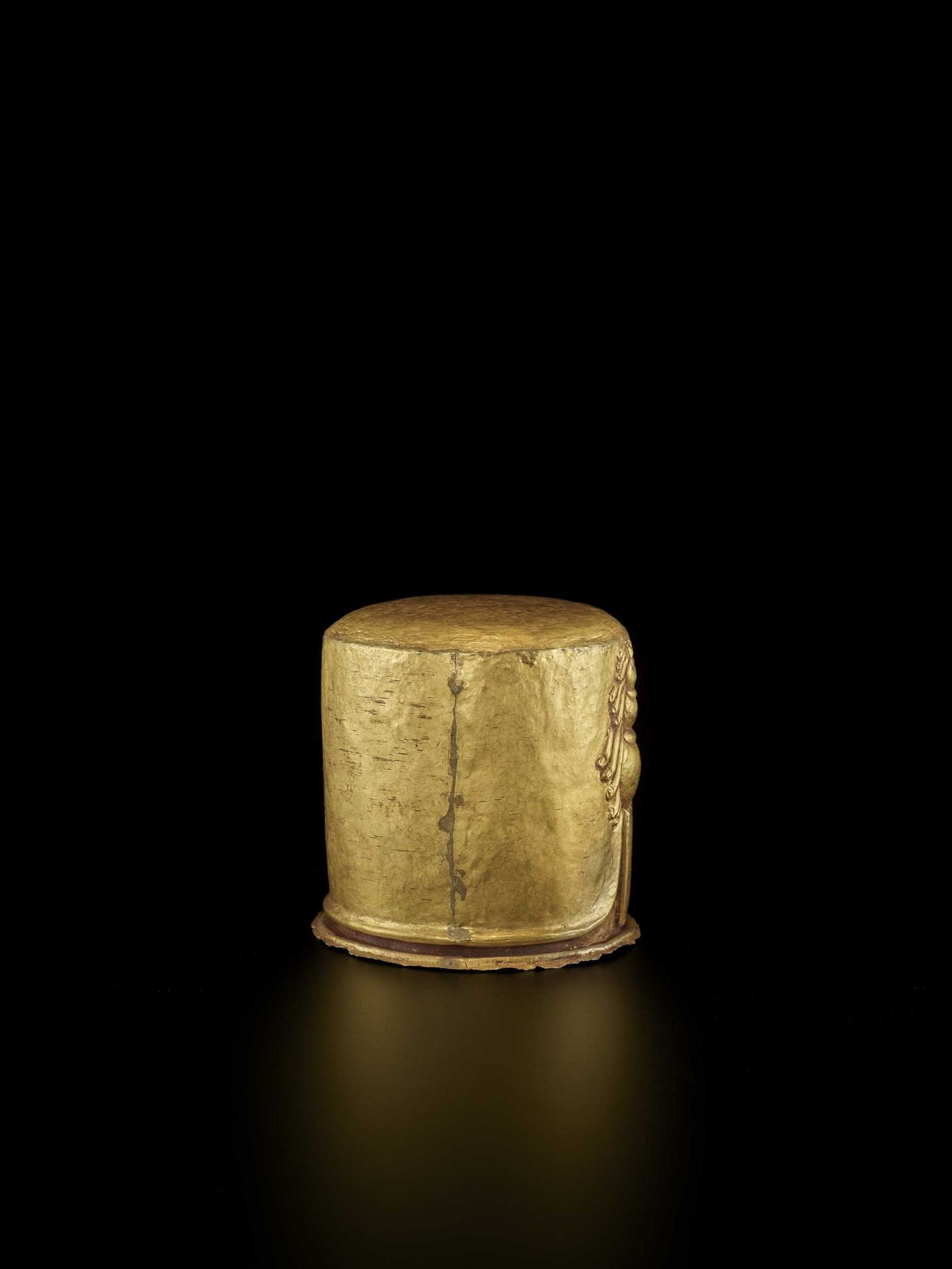 AN EXCEPTIONAL AND RARE CHAM GOLD REPOUSSÉ LINGAM WITH SHIVA'S LOCKS OF HAIR - Bild 4 aus 8