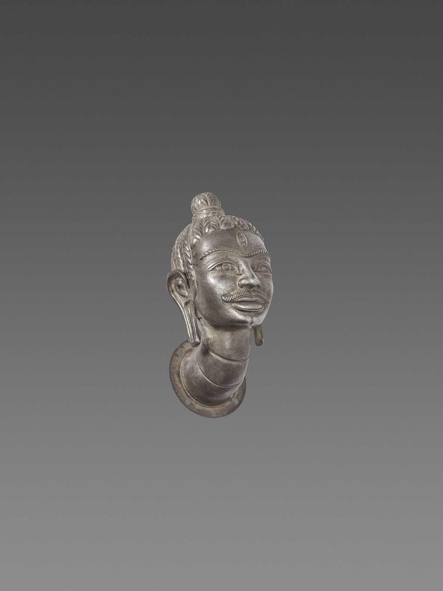 A FINE AND RARE CHAM SILVER HEAD OF SHIVA - Bild 5 aus 7