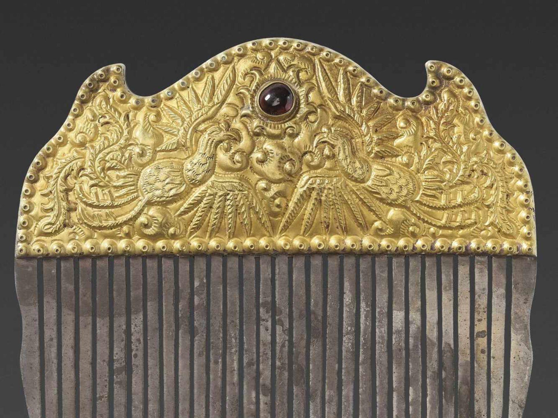 A VIETNAMESE GEMSTONE-SET GOLD REPOUSSÉ AND SILVER HAIR COMB WITH PHOENIXES - Bild 3 aus 5